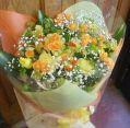 オレンジ系のシンプルな花束